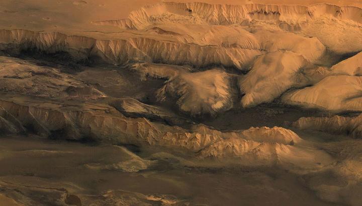 Огромные ледники вырезали самый большой каньон Солнечной системы