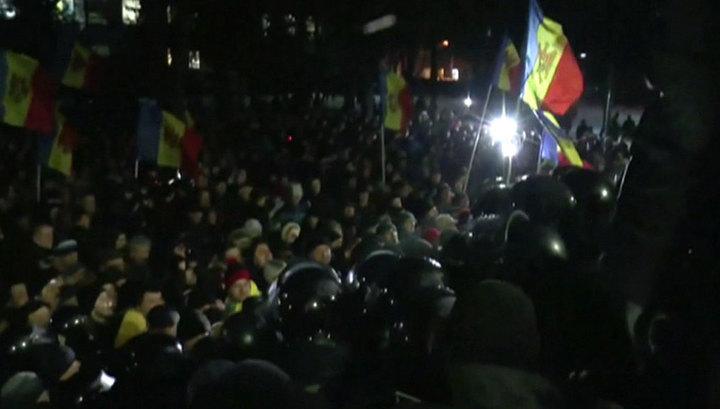Minlərlə nümayişçi Moldova Parlamentini mühasirəyə aldı