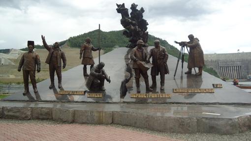 Автор: Памятник у СШ ГЭС