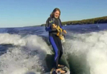 Экстремал совмещает катание на волнах и игру на гитаре