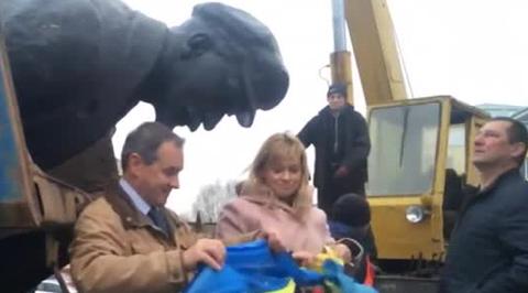 На Украине досрочно демонтировали Ленина