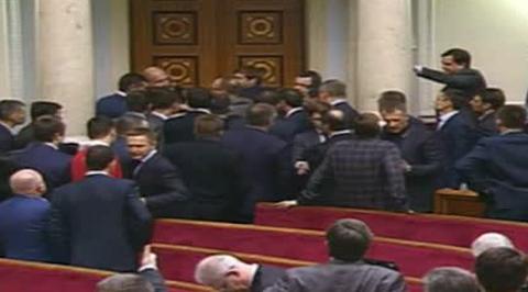 Драка в Раде до первой крови: Ляшко и Мельничук выкатились под ноги журналистам