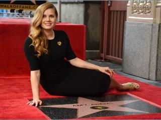 Актриса Эми Адамс получила именную звезду на Голливудской аллее славы