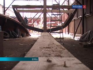Участники военно-исторического клуба из Ельца строят килевое судно