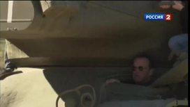Шварценеггер прокатил журналистов на танке