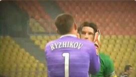 Победные поцелуи футболистов