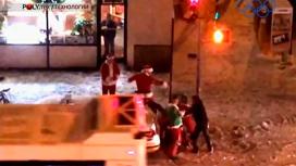 Восемь Санта-Клаусов подрались в Нью-Йорке