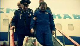 Николай Бударин помог выбраться  из аппарата своим американским коллегам