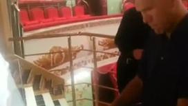 Николай Валуев учится играть на органе