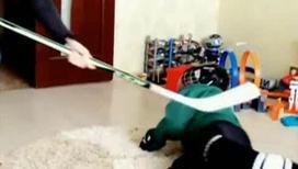 Известный фигурист бьет ребенка хоккейной клюшкой