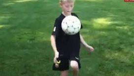 Юный футболист укрощает мяч не хуже мастеров