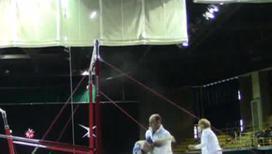 Тренер едва успел поймать гимнастку во время падения