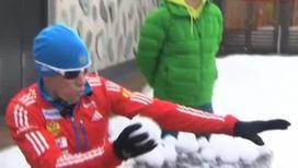 Биатлонисты соревнуются в метании снежков по бутылкам