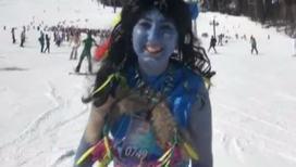 Горнолыжный спуск в карнавальных костюмах