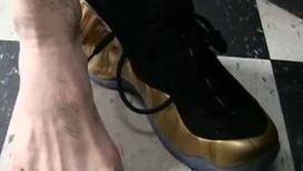Чемпион мира по боксу демонстрирует свои шесть пальцев на ноге