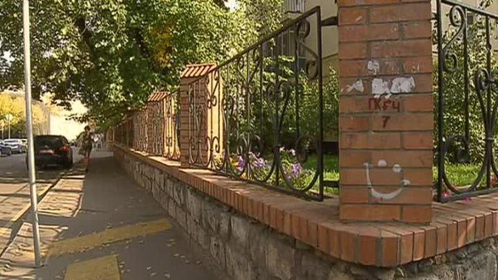 В Москве древние надгробные плиты использовали для строительства забора